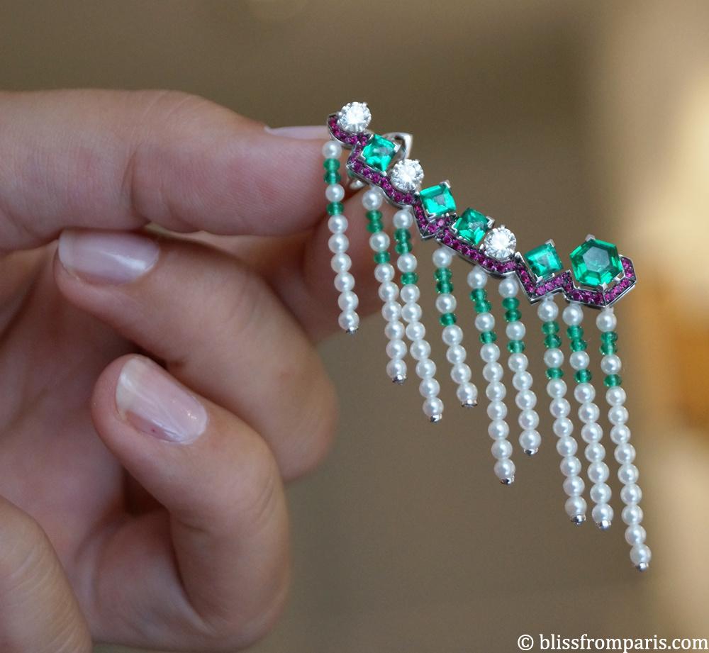 Boucle d'oreille MISTINGUETT,  or gris, diamants, émeraudes, rubis et perles Akoya