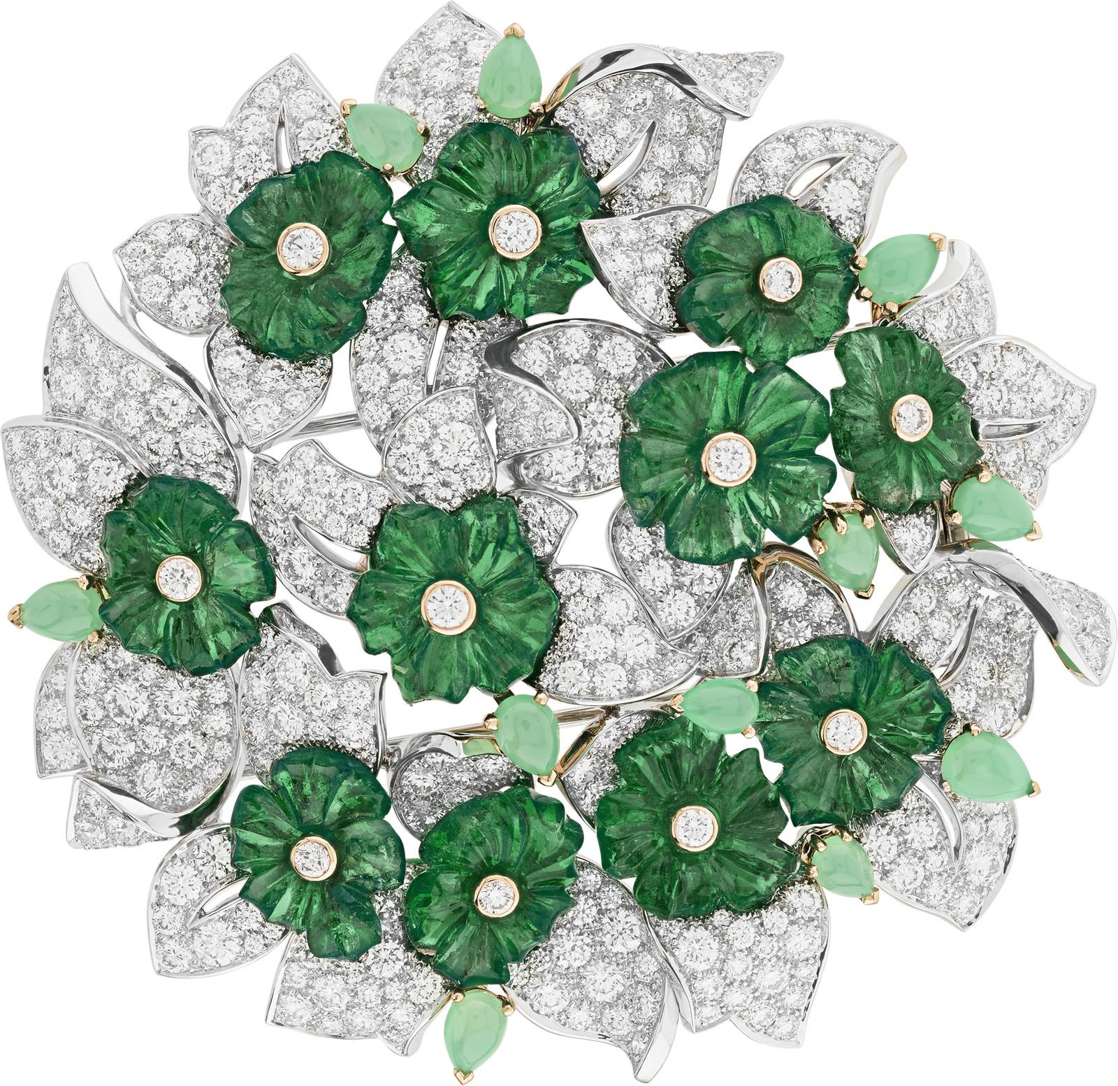 Or blanc, or jaune, diamants ronds, cabochons de chrysoprase, 11 émeraudes gravées totalisant 32,53 carats (Zambie) © Van Cleef & Arpels
