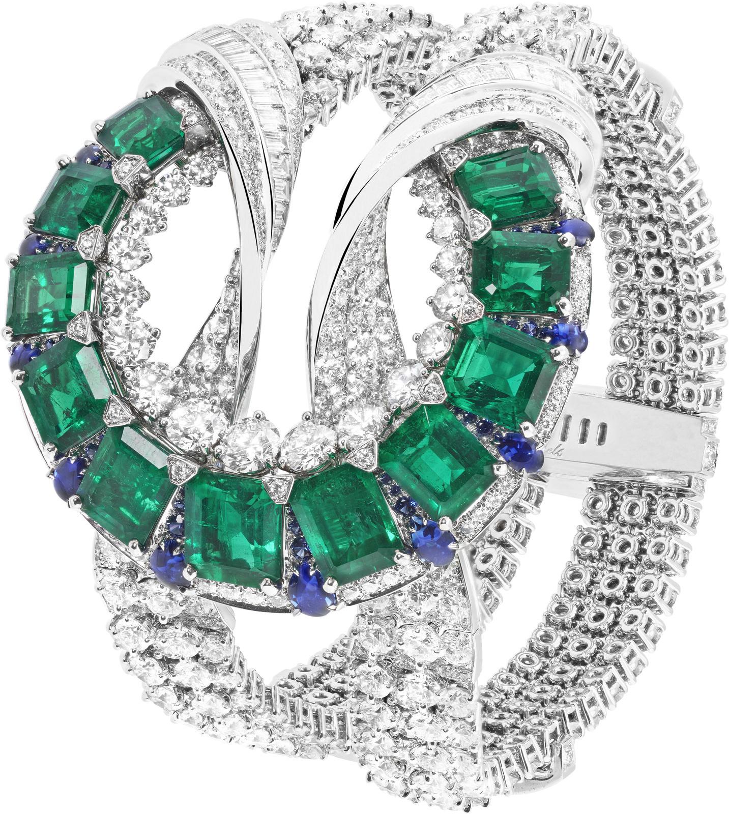 Or blanc, diamants ronds et taille baguette, saphirs ronds et taille poire suiffés, 11 émeraudes octogonales totalisant 19,38 carats (Colombie). © Van Cleef & Arpels