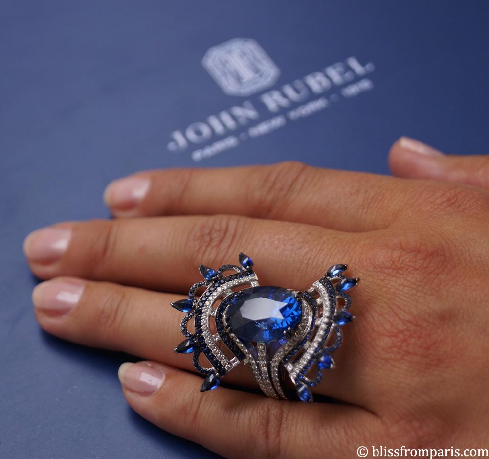 Bague  BLEU CARMEN or blanc, diamants et saphirs, dont la pierre centrale d'origine Ceylan fait 12.74 carats