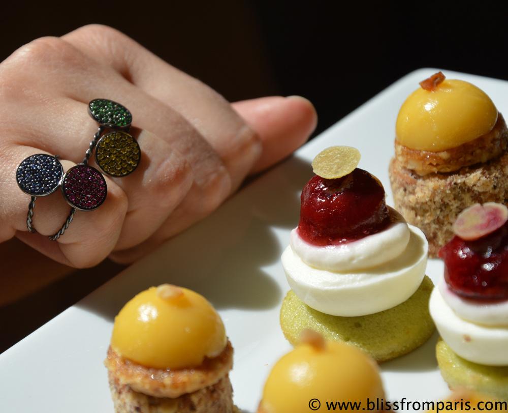 """Bagues de la collection """"Paris"""" avec diamants jaunes, tsavorites, rubis et saphirs"""