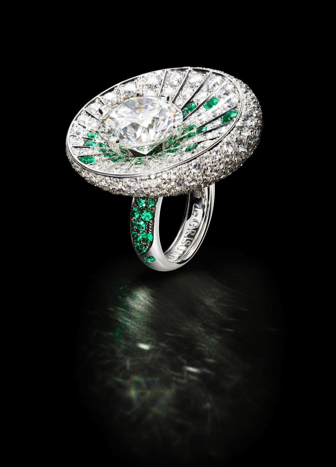 Bague Haute Joaillerie en or blanc sertie d'1 diamant rond de 10.15 carats, de 84 émeraudes (1.20 carats), et de 387 diamants blancs (8.97 carats) © de GRISOGONO