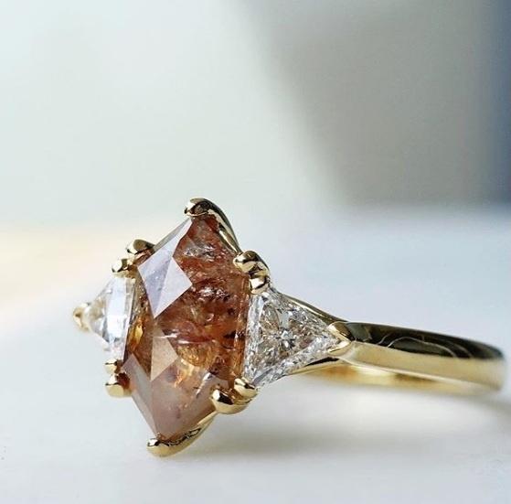 Bert Jewellery- Bague sur messure avec hexagonal cognac diamant et diamants blanc, or jaune