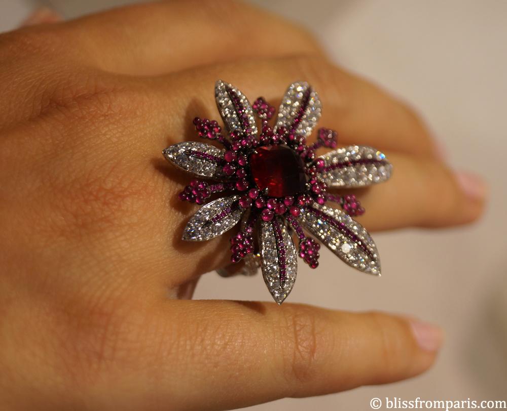 Bague LA DIVINE  , or blanc, diamants, perles de rubis et rubis central (origine Mozambique), 4.22 carats