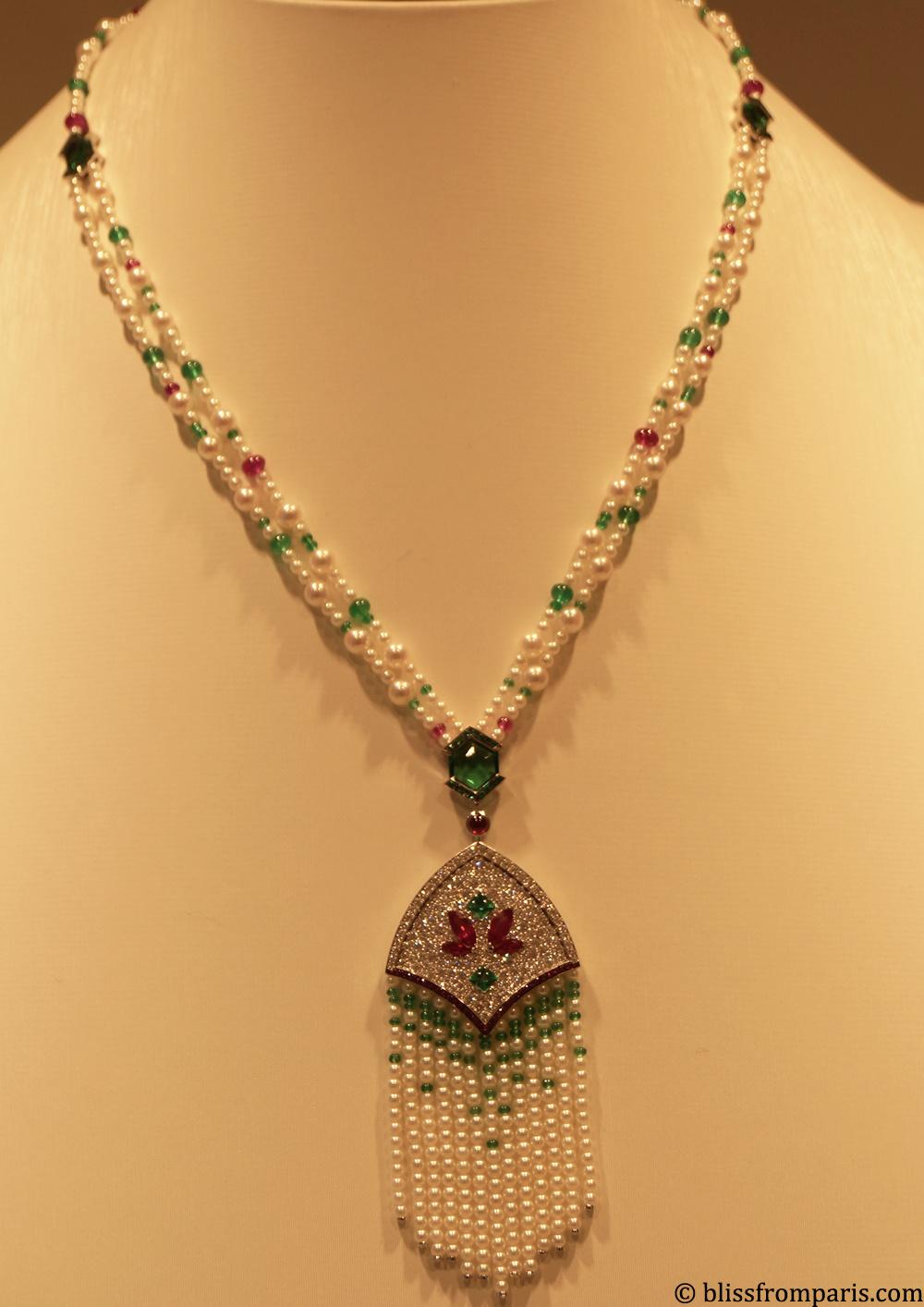 Le collier MISTINGUETT est en or gris, diamants, émeraudes, rubis et perles Akoya