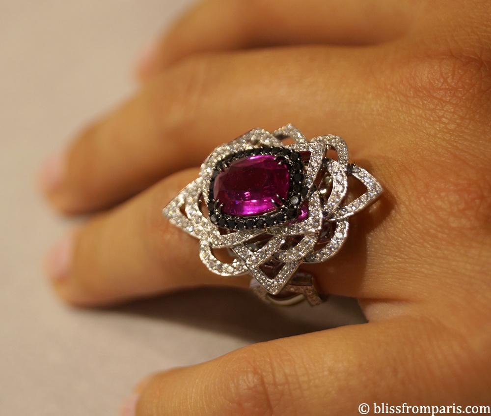 Bague JOLIE MOME, bague en or gris et pavage diamants, centre saphir rose de 4.14 carats  entouré de diamants noirs