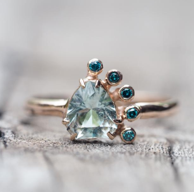 "Gardens of the Sun -Bague ""Aquamarine and Blue Diamonnd"", or jaune, diamants bleus et aigue-marine"