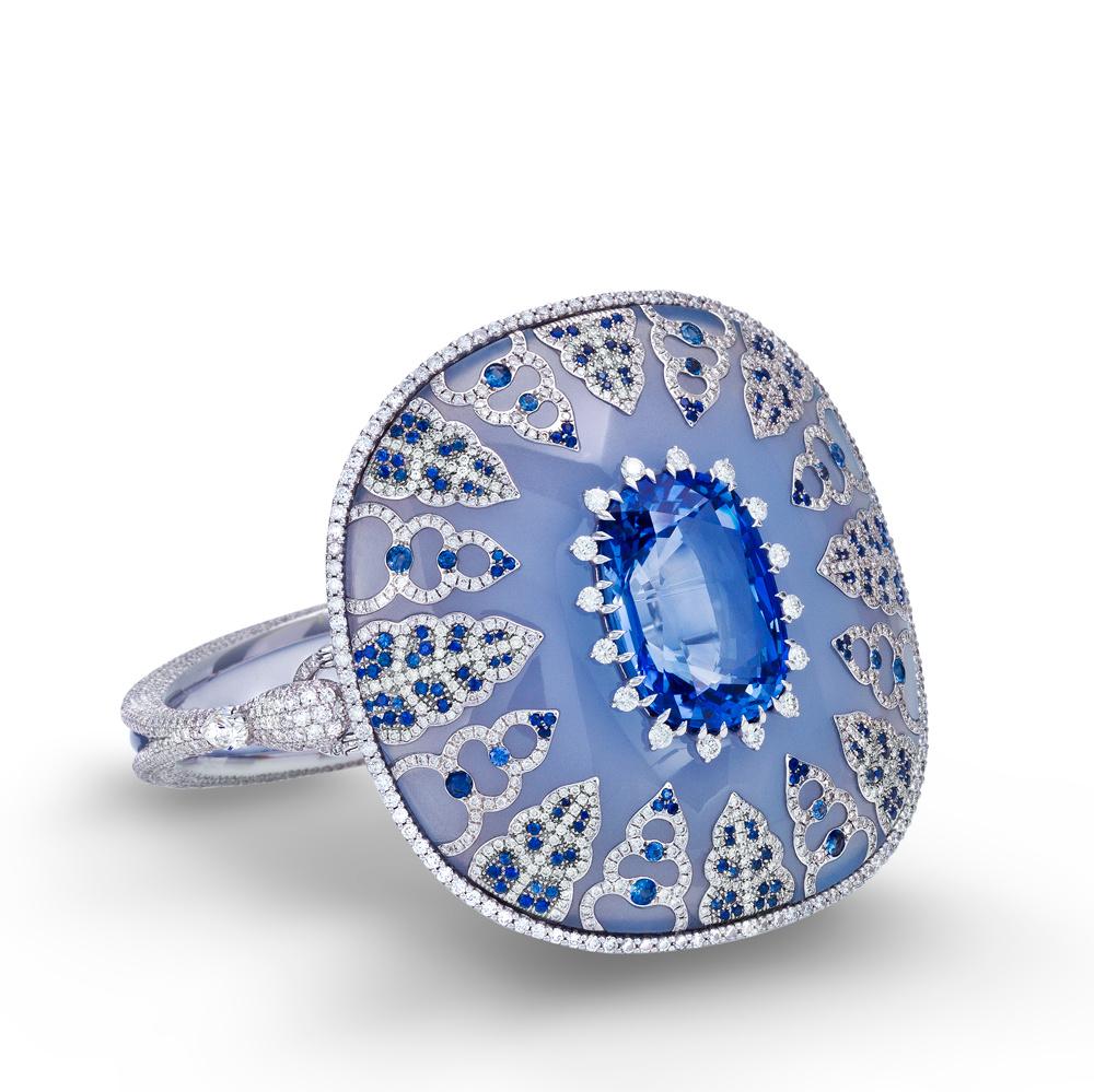 Saphir du Ceylan taille coussin inséré dans un bracelet de calcédoine et de saphir,26,26 carats, origine : Ceylan.  © Maison Boghossian